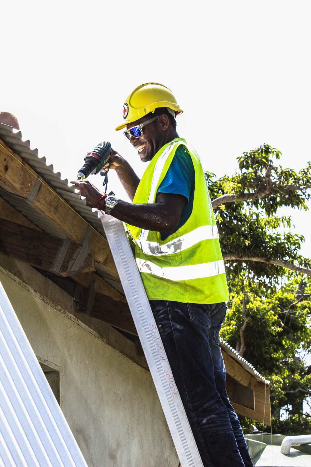 Head Teacher Joe Simeon, 28, Pitches in to help rebuild the school roof in Buninga. Source: Edwina Yeates, Vanuatu Red Cross