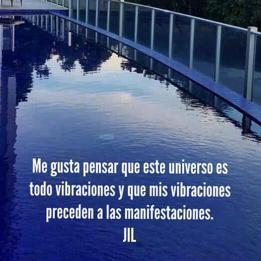 Me gusta pensar que este universo es todo vibraciones y que mis vibraciones preceden a las manifestaciones. #meditacion #mindfulness #abundance #awareness #saludmental #gratitud
