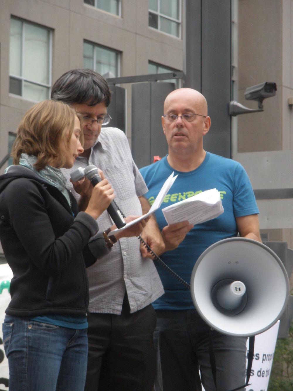 Manifestation contre les énergies sales, 12 septembre 2010, Montréal. Raphaëlle prête sa voix au texte de la porte-parole d'Attention FragÎles!