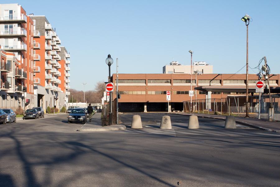 L'entrée des autobus au coin du boulevard Gouin est et de la rue Basile-Routhier