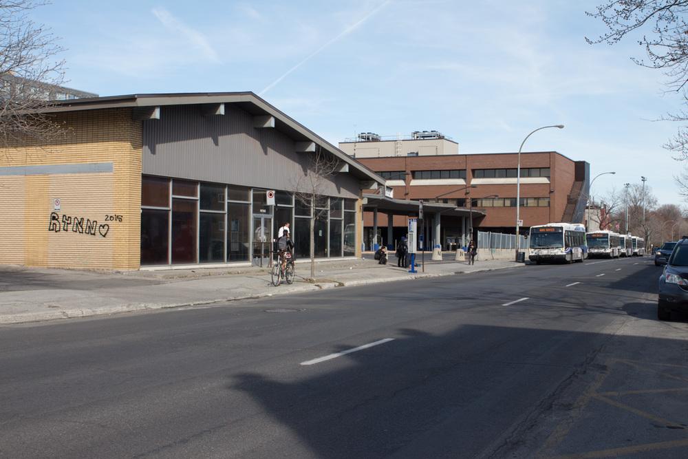 L'édifice qui abritait les passagers de la Société de transport de Laval avant le prolongement de la ligne orange.