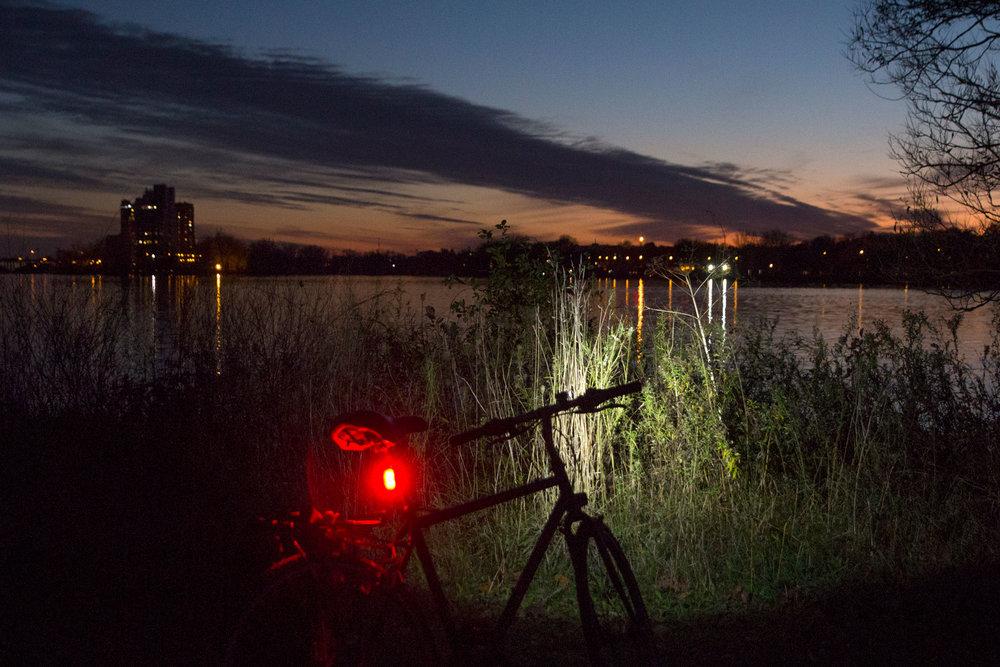 Mon vélo comme appareil d'éclairage d'appoint. Parc-nature de l'Île-de-la-Visitation.
