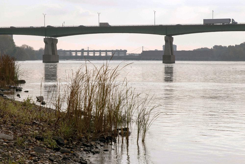 Le pont Pie-IX, c'est l'autoroute A19 est situé à Montréal-Nord. Malgré son caractère autoroutier, il se franchit pourtant à pied et en vélo. Serait-ce parce qu'il a été construit avant la création du MTQ, cette organisation très indignement renomméMinistère des Transports, de la Mobilité durable et de l'Électrification des transports.