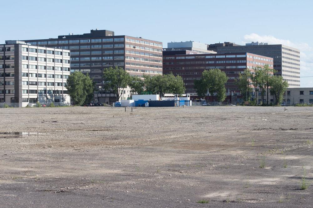 Le site des anciennes usines de guerre de la Montreal Works. Un morceaux majeur de notre patrimoine industriel démoli avec empressement, puis... rien.  Rue de Louvain Ouest, secteur Chabanel.