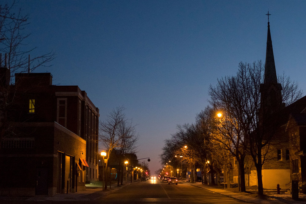 Au crépuscule un dimanche, rue Sauvé Est