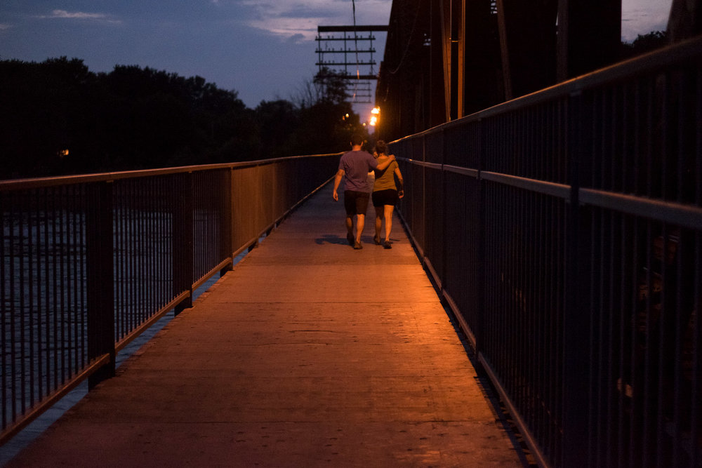 Une traversée tranquille vers Laval-des-Rapides sur la passerelle du pont de l'Île Perry