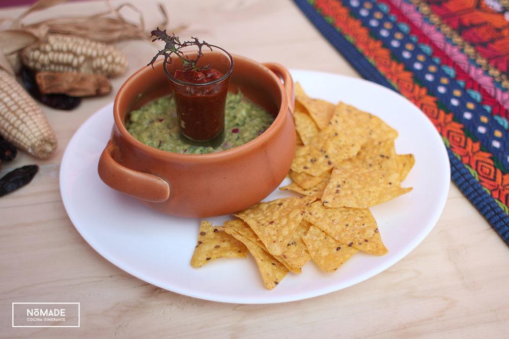 Guacamole, salsa de chili ahumado con nachos