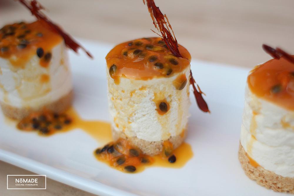 Cheesecake con salsa de guayaba y maracuyá