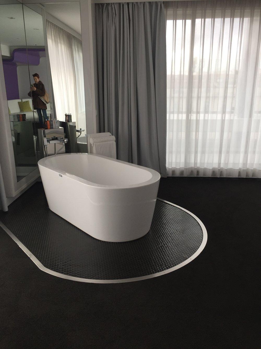 Fantasy world - free standing bath!