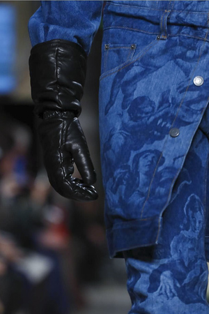 Moschino has been championing gloves for a couple of seasons - photo Guillaume Roujas for Now Fashion