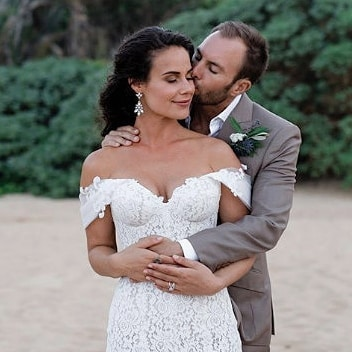 Stealing a kiss? This gorgeous couple is stealing our hearts! 💞  Oh-so chic bride @samibloom is wearing the Ava Earrings.