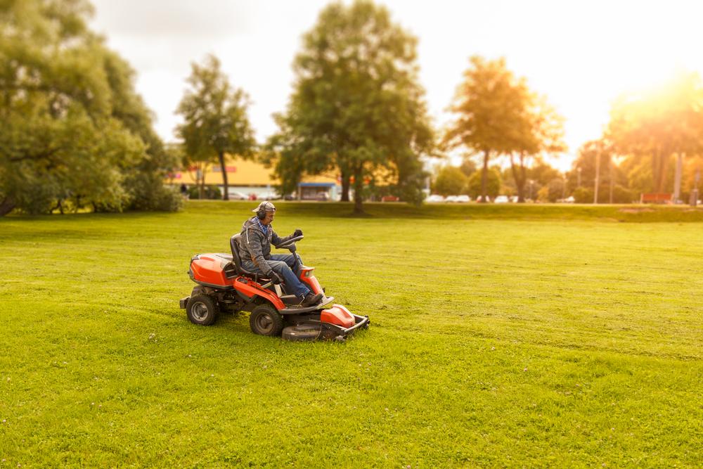 Lancez-vous - L'entretien de vos espaces verts n'a aucun secret pour nous.Professionnel ou particulier, nous adopterons nos interventions à vos demandes.Nos équipes spécialisées et notre matériel récent sont la garantie d'un travail de qualité.