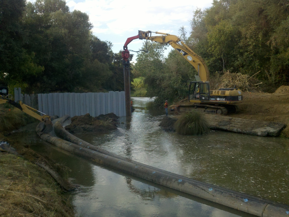 Installing a vinyl sheetpile cofferdam upstream