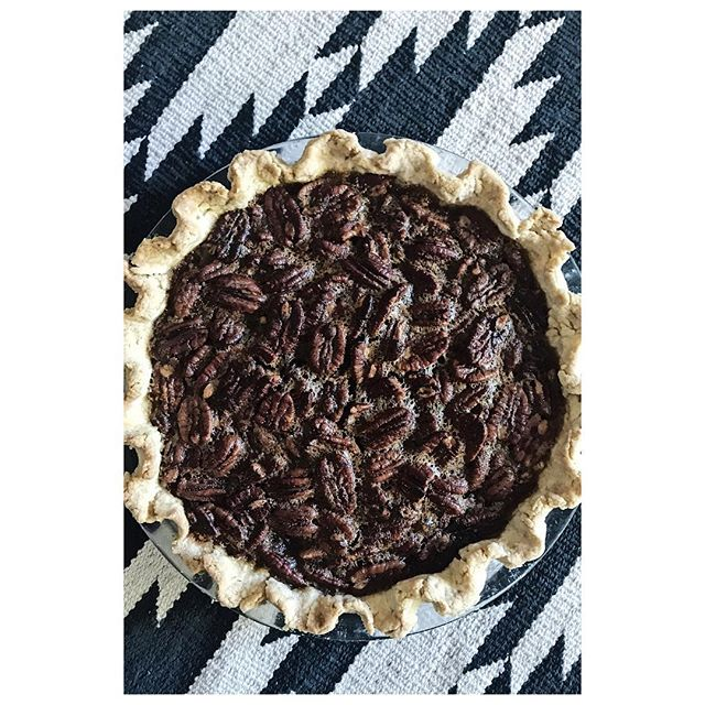 Happy Thanksgiving!  Maple Pecan Pie // #thanksgiving #liveborboleta