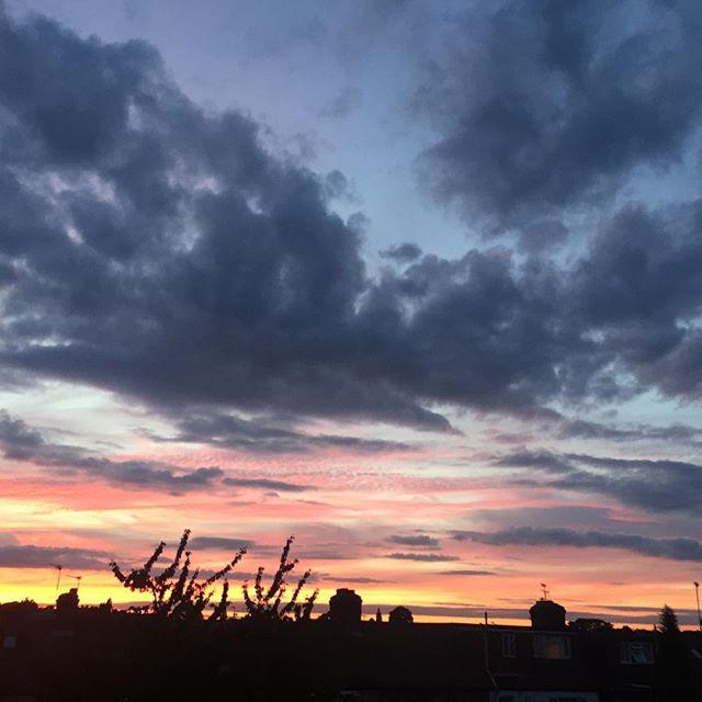 London sky 🌇 #london #sky #londonskyline #londonsky #window #lookthrough #summer #august #summerinlondon #sunset