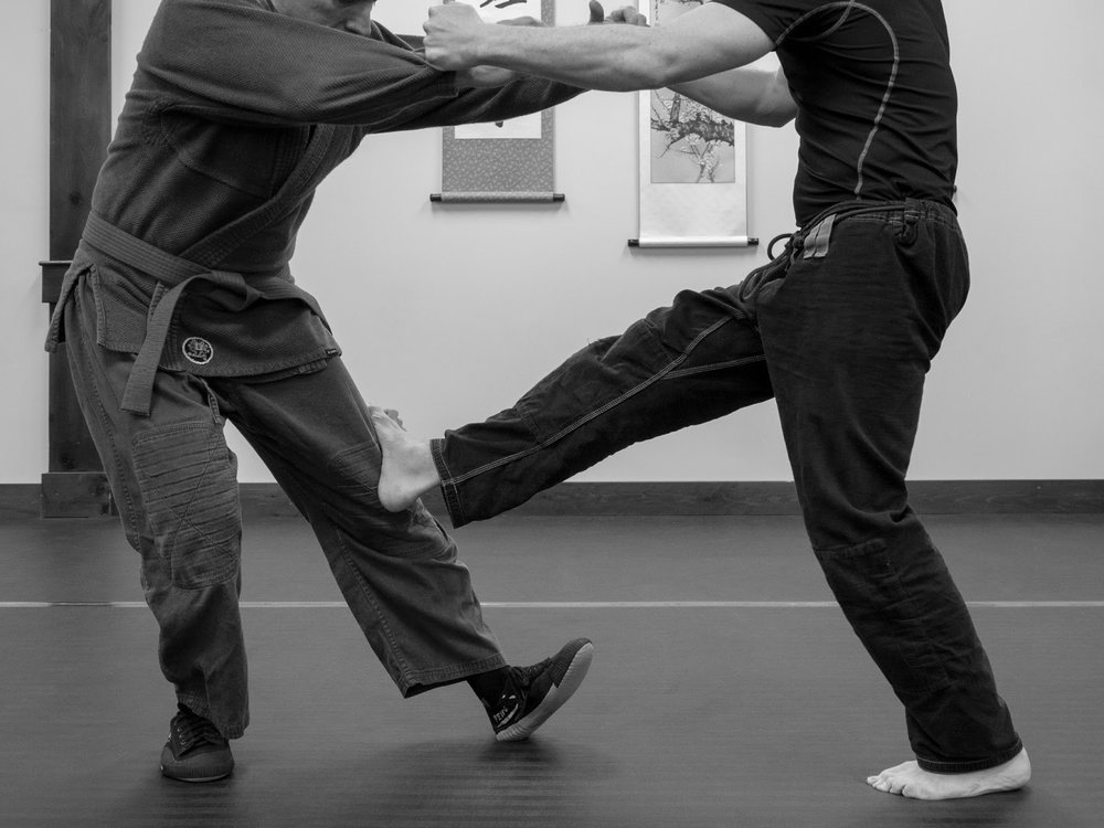 Knee Break using Cross Kick
