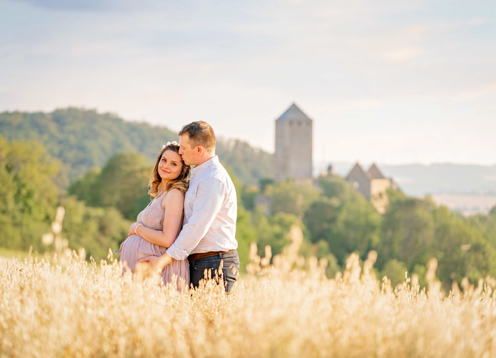 Romantic maternity Session at Lichtenberg Castle near Kusel with couple and expecting mother in summer time from natural light photographer Sarah Havens from Ramstein KMC area in Germany  Romantisches Schwangerschafts-Fotoshooting auf der Burg Lichtenberg bei Kusel in Rheinland-Pfalz mit jungem Pärchen im Sommer von Fotografin Sarah Havens aus Reichenbach-Steegen bei Kaiserslautern, Deutschland