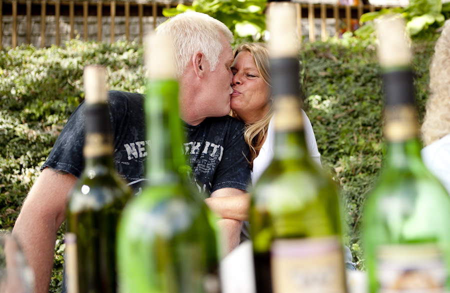 couple kissing drinking wine
