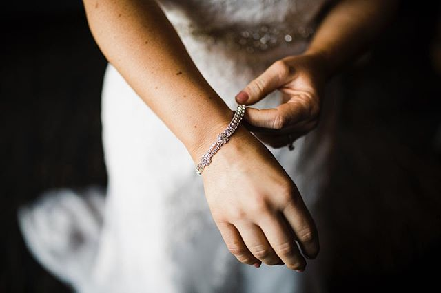 It's alllllllll in the details • • • • • • • #pnw #centraloregon  #bendor #bendoregon #inbend #mtorchiophotography #vsco #weddingphotographer #weddingphotography  #PNWedding #bestoforegon #vscocam #vscoauthentic #oregonbride #thatpnwlife #westcoast #bendbride #centraloregonweddings #bendbridalguide #wedventuremagazine #oregonwedding #fineartoregonwed #oregonweddingphotographer #chasinglight #thebloomproject #subjectlight #lightinspired #thephotographerwithin #lookslikefilm #oregonweddingphotographer