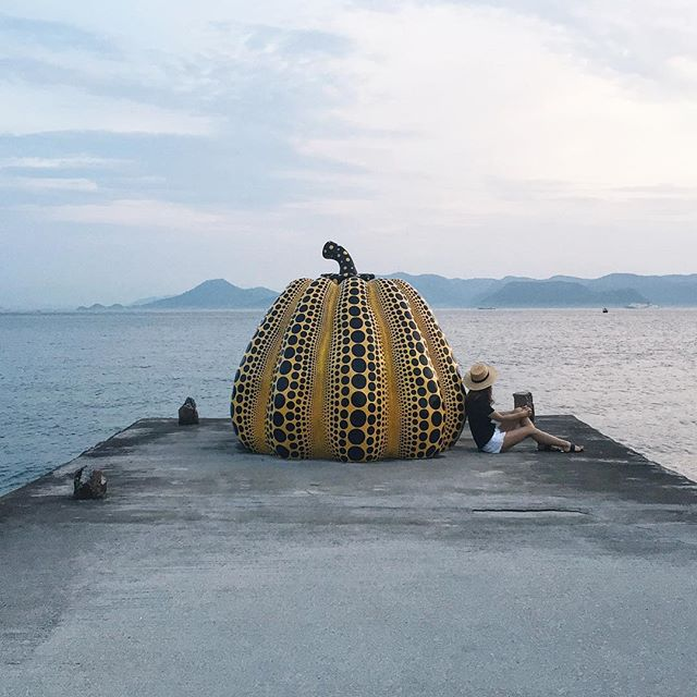 #TBT Lin and the giant pumpkin in Naoshima. Still my favorite destination to date. 🎃 Photo by @arowanafilms 😎 #yayoikusama #naoshima #japan