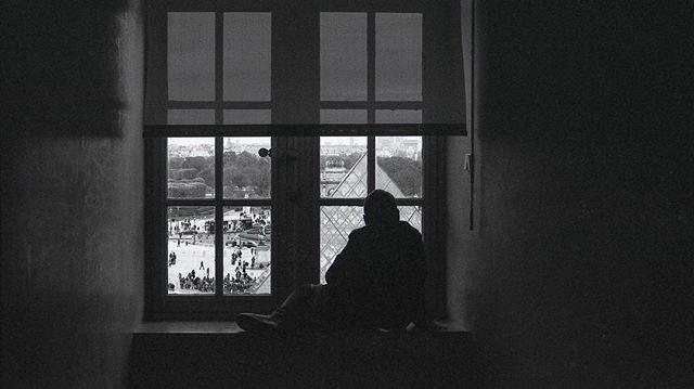 Kid watching the chaos below at the Louvre . . . . .  #film #35mm #paris #france #nikon #nikonf3 #kodak #tmax400 #pushedfilm #selfdevelop #streetphotography #justgoshoot #analogfeatures  #sharefilm #shootfilm  #buyfilmnotpixels #analog #filmisnotdead #keepfilmalive #shootfilmstaybroke #filmphotography #lourve #thelourve