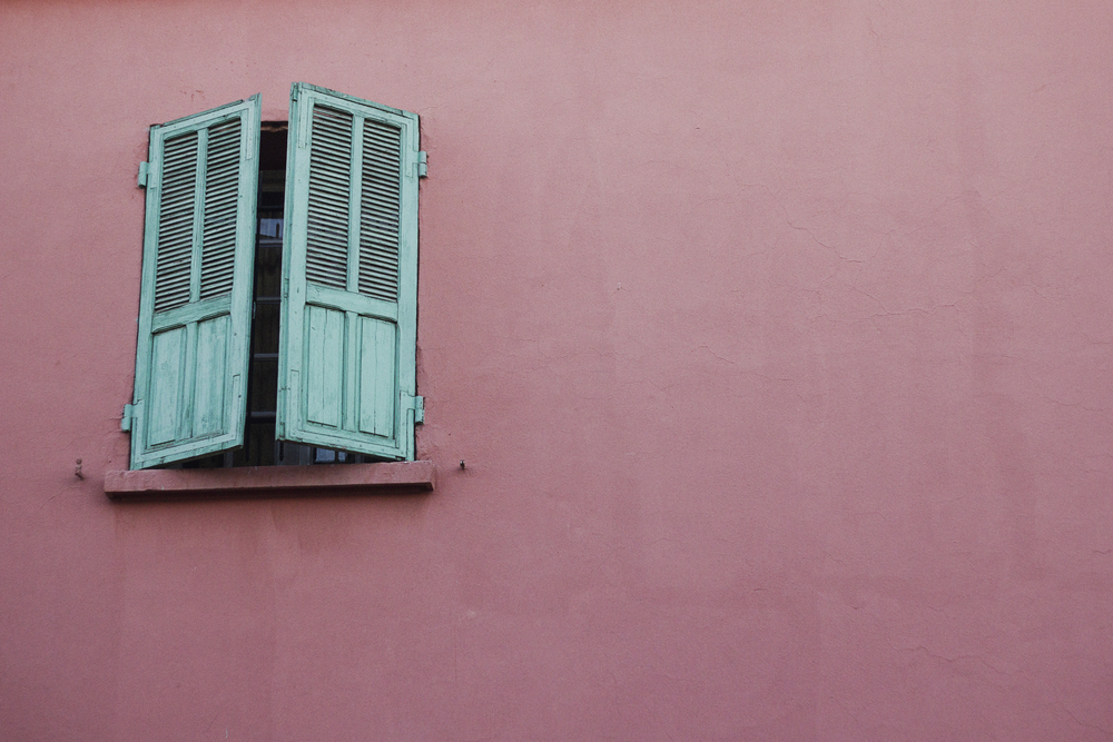 pink-wall-teal-shutters-travel-photographer.jpg