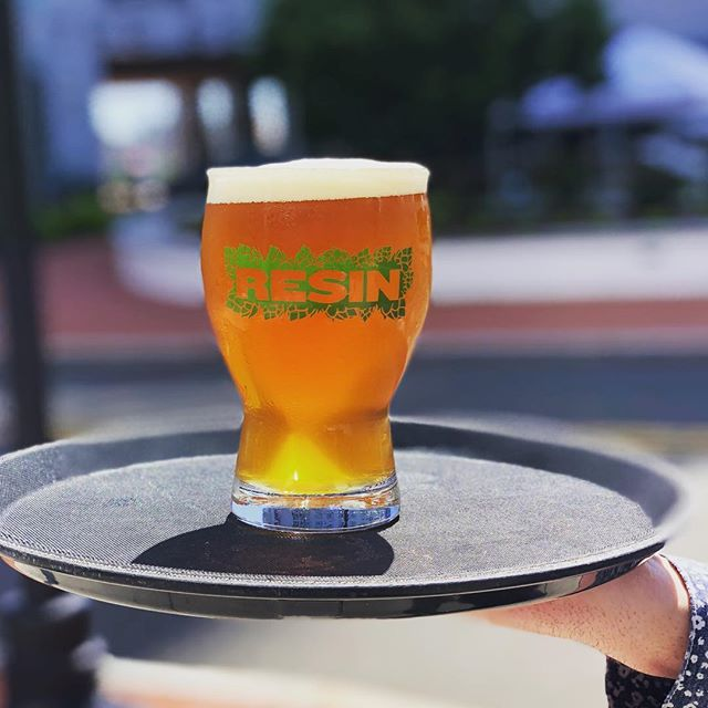 Sixpoint Resin now on draft! The weather is perfect, the beer is delicious, and oysters are $1 until 7pm. Come on in!  #sixpoint #sixpointresin #harborpoint #harborpointstamford #harborpointresaurant #happyhour #oysters #craftbeer #cheers #foodies #foodie #patioweather #patiohappyhour
