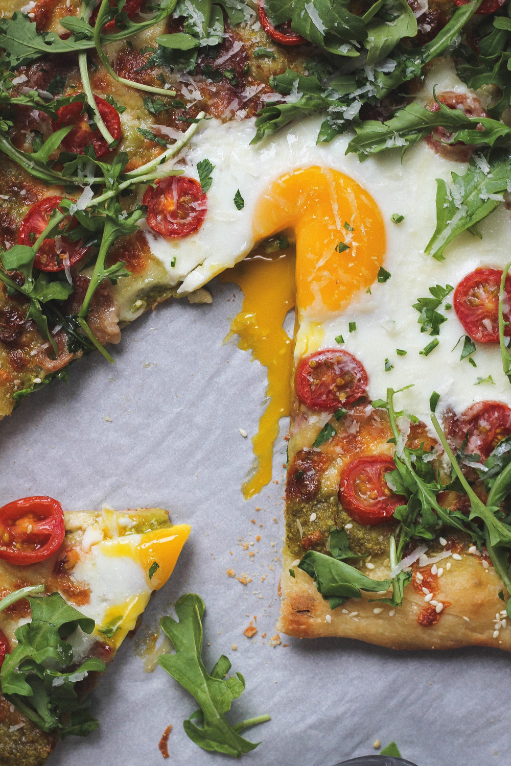 Breakfast Pizza w/ Bacon, Egg + Pesto || A perfect pizza for brunch, lunch or dinner. This recipe is simple and easy to make and vegetarian with the removal of bacon! || creamandhoney.ca