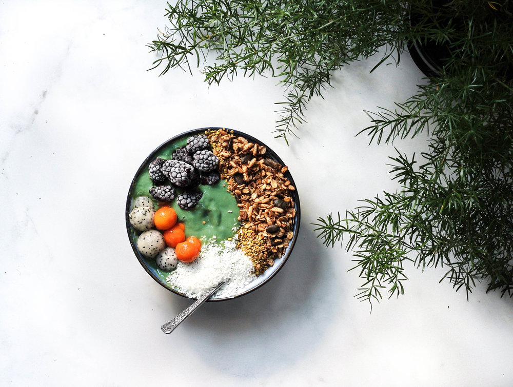 Mermaid Smoothie Bowl + Hawaii Mini Guide || Healthy + tropical smoothie bowl with superfoods (like chlorophyll) to help you feel your best! Perfect for breakfast, lunch or as a snack on a hot summer day. No refined sugars, dairy free, plant based, gluten free + vegan with removal of honey. || creamandhoney.ca