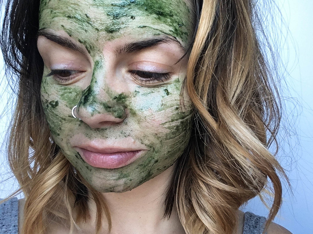 Mermaid Face Mask: Spirulina, Banana + Honey || DIY 3 ingredient face mask to heal blemishes, detoxify skin + promote anti-aging. Perfect for a relaxation and spa night at home. || creamandhoney.ca