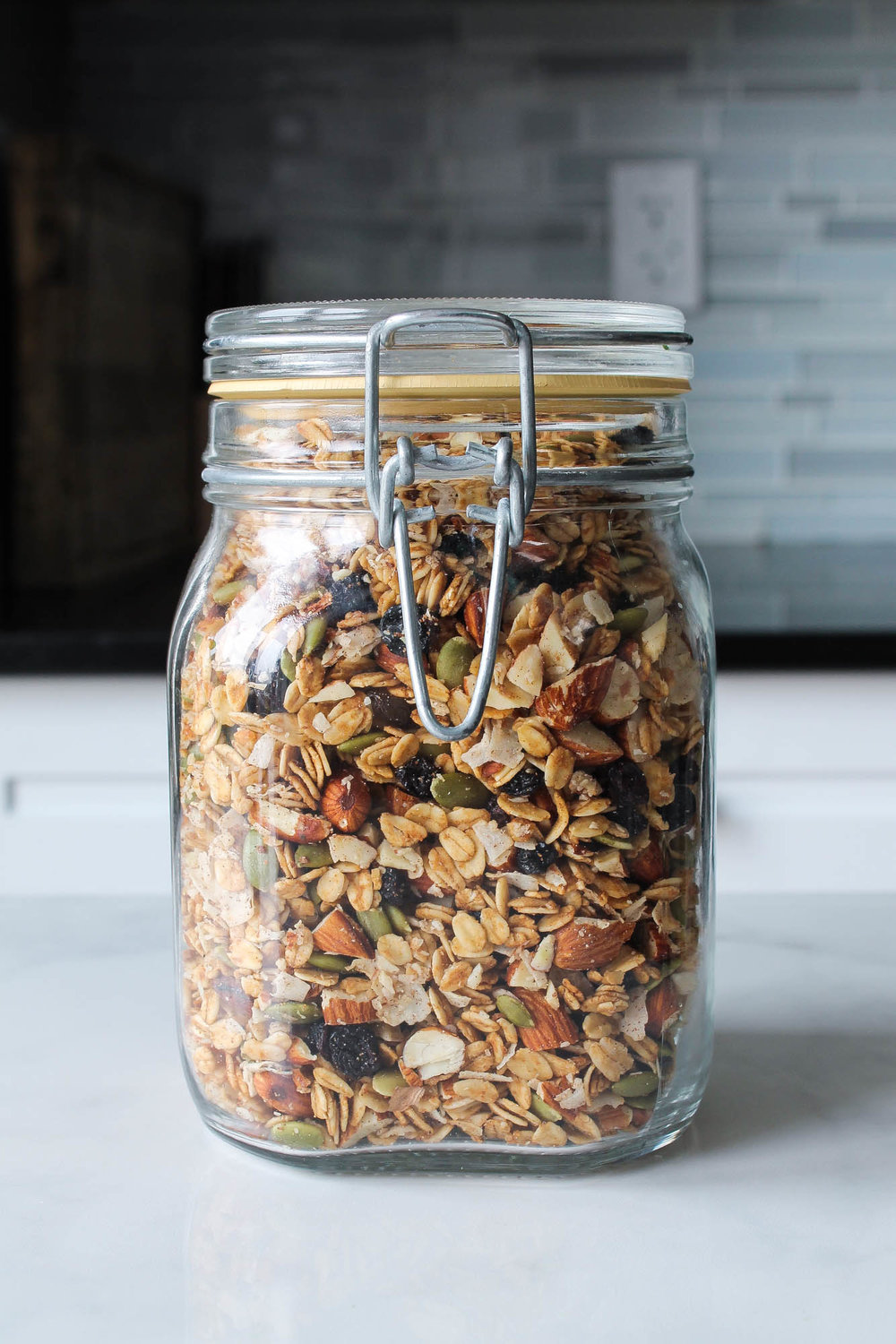 Maca Almond Granola || This healthy plant based granola made with almonds, pepitas, and maca powder is perfect for breakfast or a quick snack! Gluten free, vegan, no refined sugars and takes less than 30 minutes to make. Adaptogens like maca help balance hormones and gives a malted caramel flavour. || creamandhoney.ca