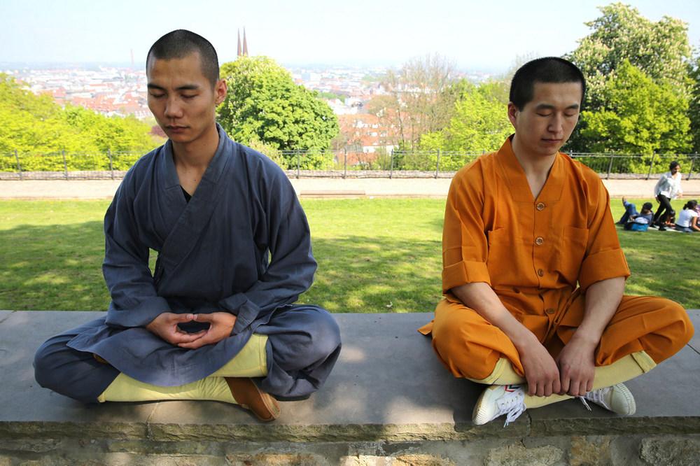 shaolin-monks-meditating-on-sparrenburg_15371634181_o.jpg