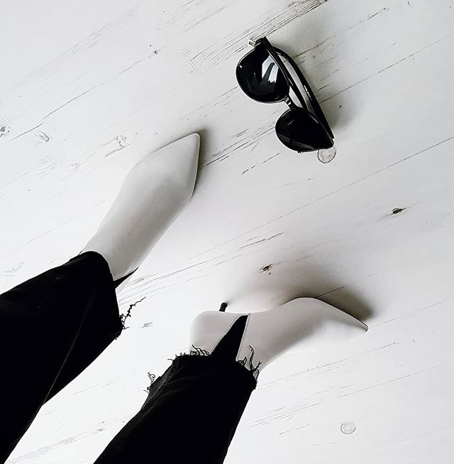 Found the ones . . . perfect white boots from @hm 🖤 . . . #personalstyling #whatimwearing #ootdmagazine #whattowear #getthelook #instastyle #netadresser #styleblogger #fblogger #streetstyleluxe #wearitloveit #myshopstyle #realmumfashion #40plusstyle #realoutfitgram #street_style_paris #outfitdailyofficial #bloggerstyle #minimalstreetstyle #whatimwearing #ootdmagazine #streetstyleluxe #womenwithstyle #styleinspo  #chictopia #stylegram #outfitinspo #mumstyle #stylediaries