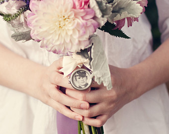 Maak je bruidsboeket persoonlijk met bijvoorbeeld een medallion.