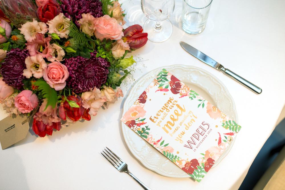 Tafeldecoratie bruiloft: de kleuren van de trouwkaarten en de bloemen vormen één geheel