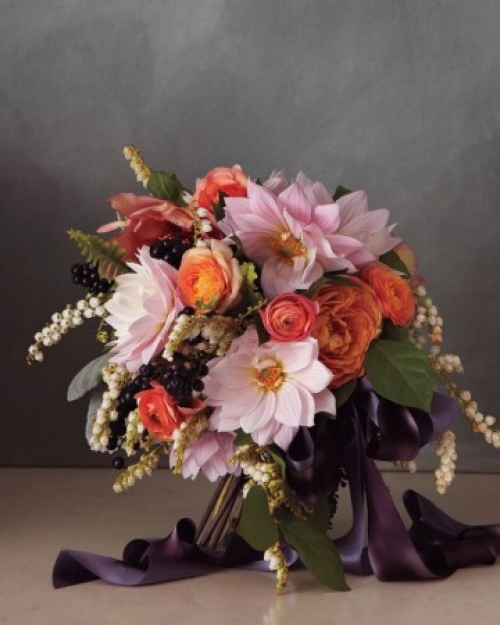 bruidsboeket met garden rozen, ranonkels en dahlia's via fabmood.com