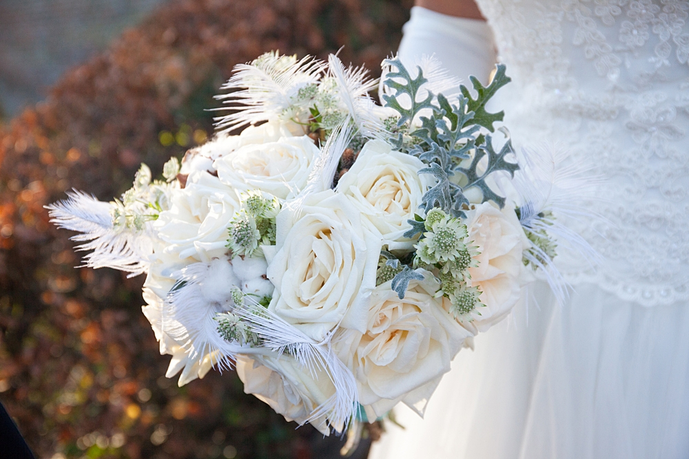 Bruidsboeket met witte rozen en veren