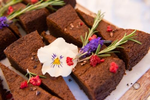 eetbare bloemen op taart