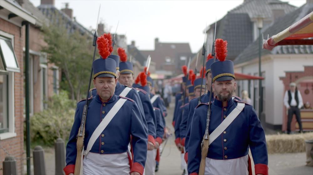 10- De Afscheiding van 1834 wordt nagespeeld in Ulrum met soldaten die marcheren door de straten van Ulrum..jpg