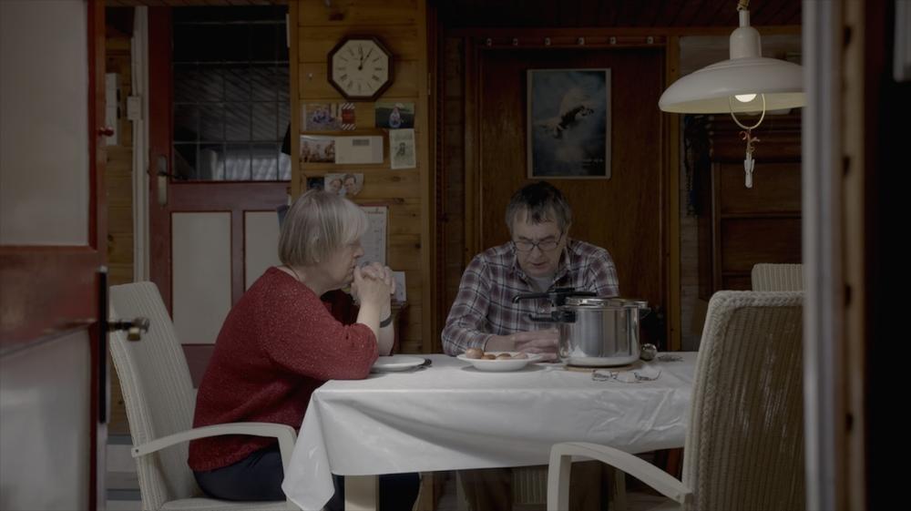 klein Roelof Noorda, aanvoerder van Project 2034 bidt met zijn vrouw Willy voor de boodschappen en het info-centrum. copy.jpg