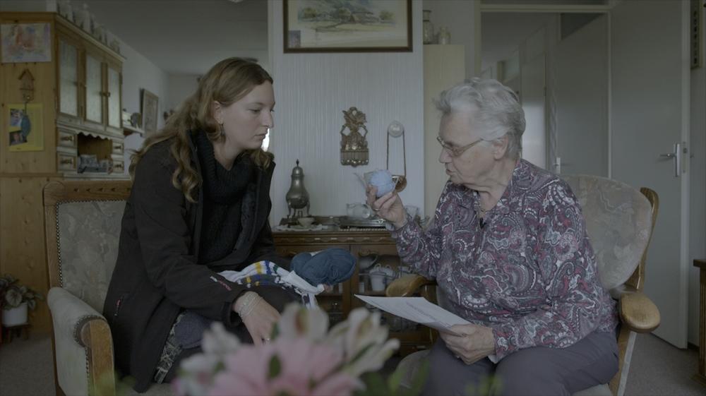 5-Elize een kunstenares uit Amsterdam, discussieert met mevr. Pol uit Ulrum over haar sokkenproject..jpg