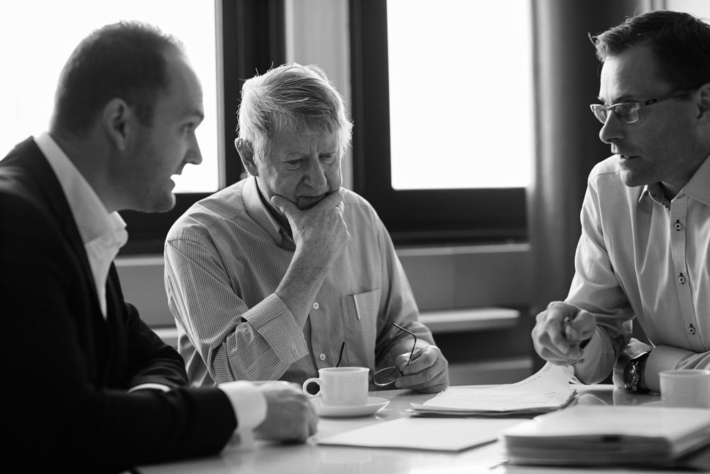 Larsen Dalkiær og Boye omkring bordet_lille.jpg