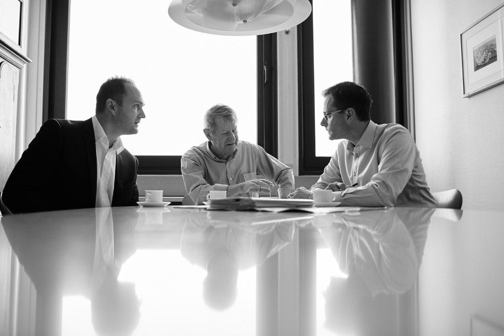 Larsen Dalkiær og Boye omkring bordet2_30.jpg