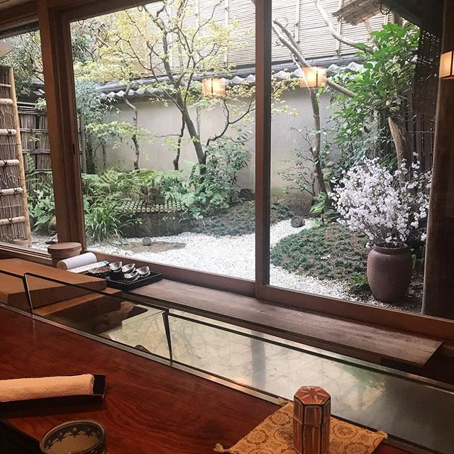 Kyoto is just so chic! Everywhere you go you can find beautiful quaint little hidden gems like this place we found down an alley way. I heart Kyoto 💗 . . . #kyoto #kaisekiryori #kyotocuisine #sochic #japanesefood #wa #和 #京都 #京都大好き #日本 #日本最高