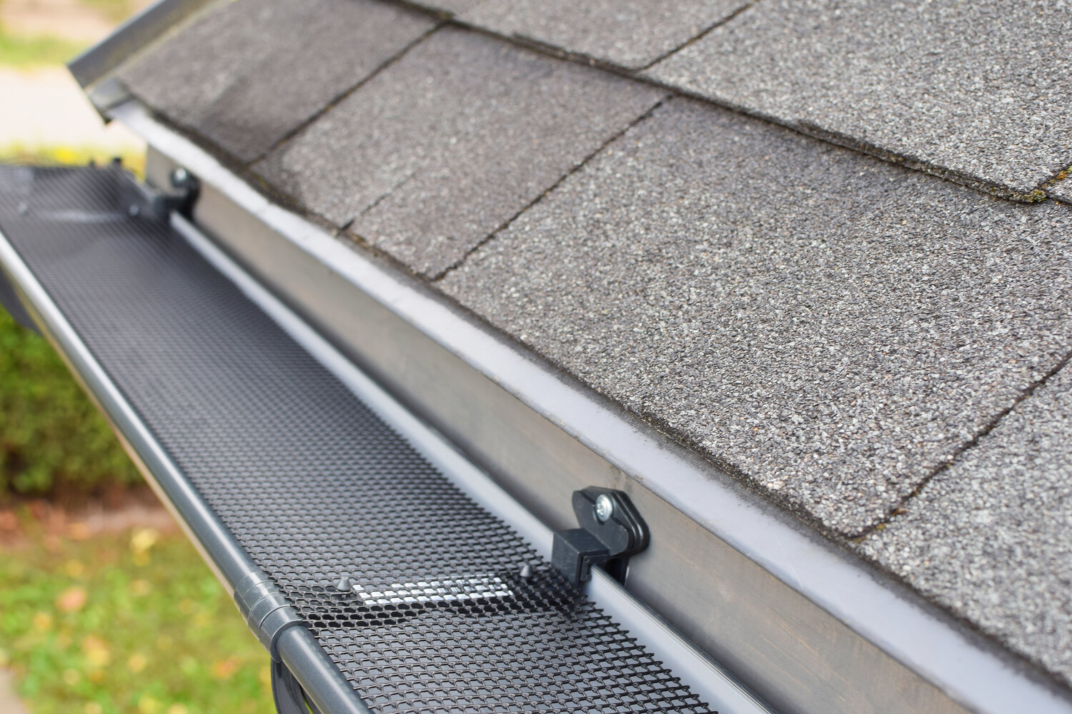 Roof Gutter Guard Mesh Plastic Mesh Gutter Guard Protector with 10 Clip Hooks Easy Install High Resist Plastic Mesh Gutter Guard to Protect from Leaves or Debris Clogging Gutter,Downspout,and Drain