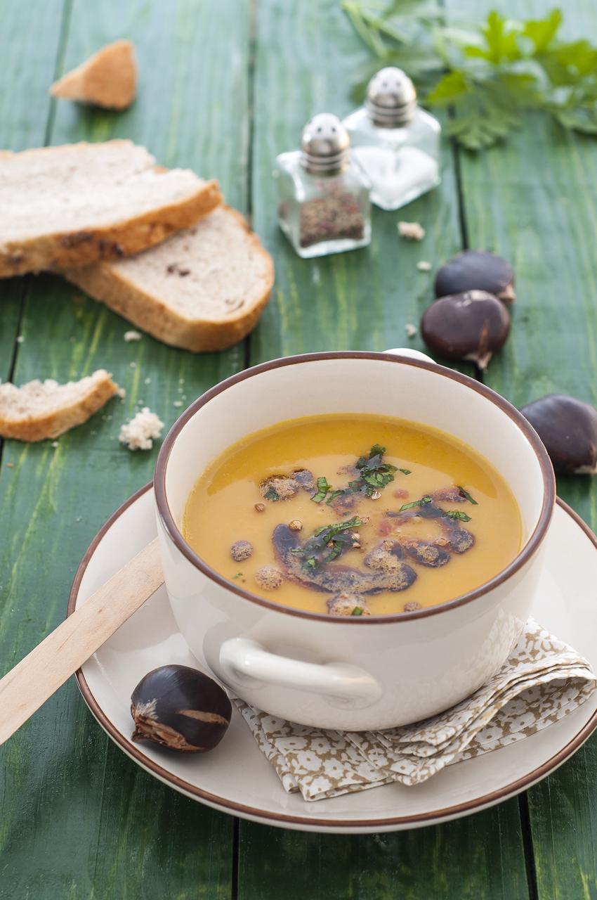 Zuppa castagne e ceci - Dosi per 6 personeINGREDIENTI:600 gr di ceci secchi1,5 kg di castagne3 spicchi di aglio80 gr di olio evo2 rametti di rosmarino4 foglie di alloroSale e pepe q.b.
