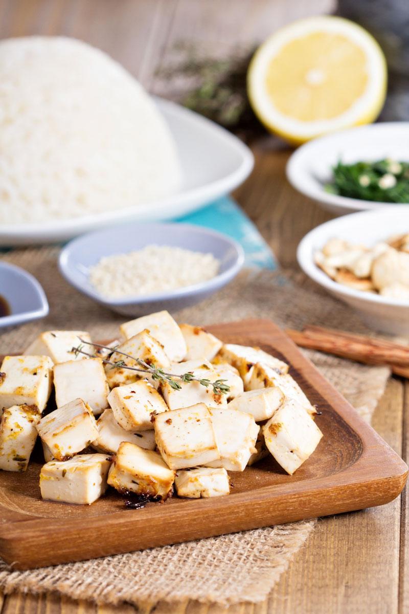 Cubetti di tofu all'arancia - Dosi per 4 personeINGREDIENTI:250 gr di tofu125 gr di misticanza8 pomodorini2 arance non trattate1 ciuffo di finocchiettoErba cipollina q.b.Olio evo q.b.Sale e pepe q.b.