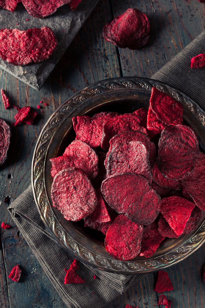 Chips di barbabietola - Dosi per 4 personeINGREDIENTI:200 gr di barbabietole3 rametti di timoOlio evoSale grosso e fino