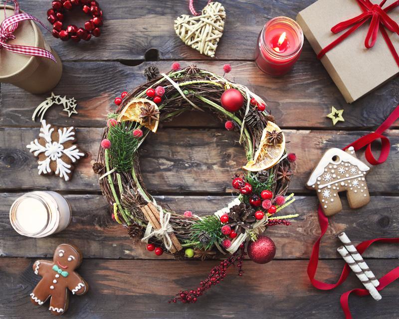 Ghirlanda di Natale  - OCCORRENTE BASE:- Fil il di ferro/una gruccia di metallo,- Colla a caldo- Creatività.