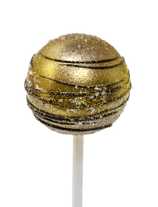 Allestite un candy bar con piccoli dolcetti monoporzione. Realizzate dei deliziosi cake pops di cioccolato bianco, fondente e al latte che andrete a ricoprire con del colorante alimentare color oro. - (QUI LA RICETTA)